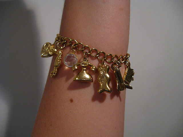 640px-Gold_charm_bracelet